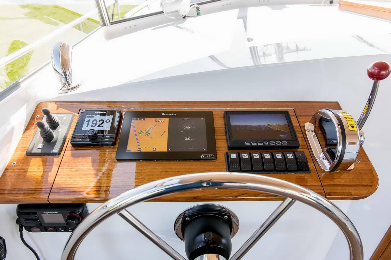 varen dashboard teak boegschroef hekschroef raymarine autopilot plotter camera marifoon open kuip Langenberg Cabin Cruiser LCC 33 Overwijk Yachting